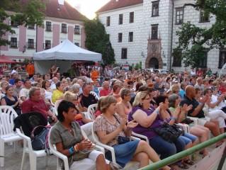 Velké nádvoří zámku o festivalu OT