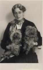 Terezie Schwarzenbergová s jorkšírskými teriéry, SOA