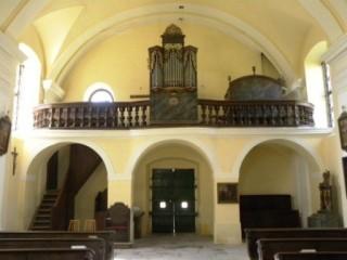 Kostel v Mláce - pohled na zadní část