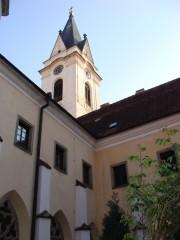 Pohled na věž kostela z rajské zahrady